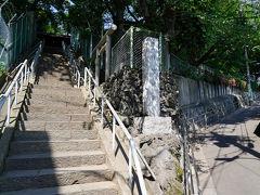 駅の西側へ出てしばらく歩くと、稲付城跡がある。 この城は、戦国時代、武蔵守護代・扇谷上杉氏の家宰であった太田道灌により築かれたとされるもので、江戸城と岩槻城を中継するという重要な役目を担っていた。
