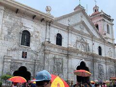 マゼランクロスのすぐ隣のサントニーニョ教会。 入口の門からここまでめちゃくちゃ暑い。 風船やお水などの物売りもたくさんいます。