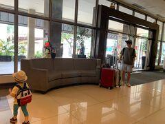 マンダリンプラザホテルロビーです。 今日は移動日なので10時ごろチェックアウト。 パッキングは服とビーチ用品は旦那さん、 衛生用品や日用品と手荷物類が私担当。 子どもは自分のおもちゃとお菓子だけリュックに。  きれいで安くてコストパフォーマンス良いホテル。 またセブシティに来たら泊まりたいです^^  日本語は全く通じません。