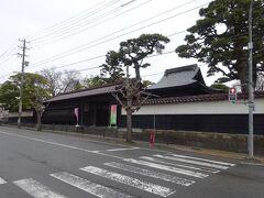 本間美術館から1.2kmで、日本一の大地主として知られた酒田の「本間家旧本邸」に到着。明和5年(1768年)に幕府の巡見使一行を迎えるための本陣宿とし建てられた、旗本2000石格式の長屋門構えの屋敷です。その屋敷は、一つ屋根の下ですが武家屋敷の部分と商家造りの部分が一体となっている建築様式で、全国的にも珍しいものです。  旧本邸の中は自由に見学することもできますが、ここもパス。