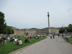 こちらは宮殿広場。  平和な時間が流れる憩いの場。  地元の人が芝生に座ってのんびり過ごしています。