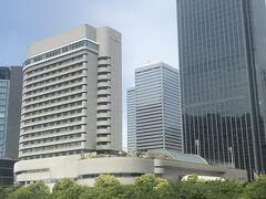 部屋で休憩したら、大阪に住む親戚に会いにホテルニューオータニ大阪へ 大阪城公園の緑に面した自然豊かなホテルです ホテル3階にあるすき焼き藤尾で昼食を頂きました。 人と会っていたので写真は撮りませんでしたが、牛肉たっぷりの美味しいすき焼きでした。