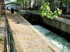 徒歩でサン・マルタン運河。  石で水切りするアメリはいませんでした(笑)