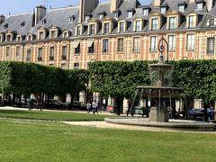 メトロで「Chemin Vert」駅。 ヴォージュ広場。 パリで最も古い広場だそうです。 四方囲まれていて落ち着きますね。