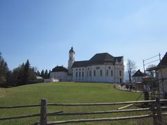 草原の中にポツンとある教会です。ドミニクス・ツィンマーマンの設計で建てられました。