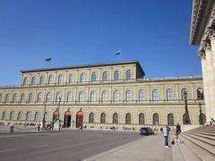 歌劇場の横にレジデンツ、残念ながら中の見学はツアーに入っていない。