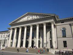 バイエルン州立歌劇場が広場に隣接してます。
