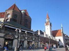 とんがり屋根の建物は旧市庁舎、内部はおもちゃ博物館
