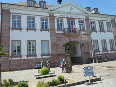 リクヴィールの町の入口には役場が門のように建ってます。