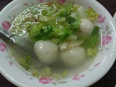 鹹湯圓(肉団子スープ)を麺なしで、50元 染み渡る美味しさのスープ。旨味強いのにあっさり、セロリで香味が、揚げエシャロット(たぶん)で香ばしさがプラス。 そして肉団子!これが絶品。スパイシーな肉餡入りのとろーり白玉団子。これを食べに台湾に来たといっても過言ではない。