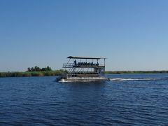 午前中はボートサファリ。 こんな感じの船の上から野性動物を見て回ります。