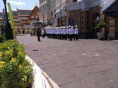 ちょうど、衛兵が行進してきました。 交代式ではないようですが、王宮前で整列しています。  っと、ここでお客様が暑さなのか、昨晩の食事なのか、 体調不良を訴えております。 この辺りにはトイレがないため、至急入り口方向までダッシュです。