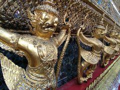 エメラルド寺院には、靴を脱いで入ります。 周辺の彫刻も見事なので、ゆっくりと見学することをおススメします。