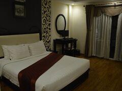 ダナン国際空港にベトナム時間の20時過ぎに着き、21時空港ピックアップが22時になりホテルに着いたのは23時ごろになっていました。日本・韓国時間だと25時なるのですぐに就寝です。ホテルは広くてきれいでした。