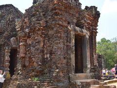 カンボジアのアンコールワットに比べると、遥かに小さい遺跡です。