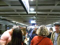 ポンペイへはナポリ中央駅の地下にあるヴェスーヴィオ周遊鉄道ナポリガリバルディ駅から行きました。  13:43の電車に乗れ約30分ぐらい14時すぎ定刻にPOMPEI SCAVI VILLA DEI MISTERIに着きました。落書きだらけのおんぼろ電車ですがスピードはかなりでます。怖かったです。 時刻表張り付けときます。 https://www.eavsrl.it/web/sites/default/files/eavferro/NAPOLI%20SORRENTO%20L1.pdf