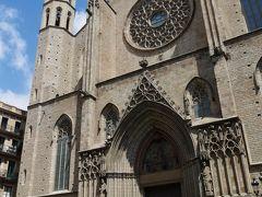 地下鉄を乗り継いでボルン地区へ。 一度くらい行った事はある筈だけれど、よく覚えていないサンタ・マリア・ダル・マル教会。昼過ぎに入ると、すぐに締め出されてしまいました。バルセロナの観光エリアではほぼ絶滅に近いシエスタですが、教会はある事も多いからなぁ、と諦めかけたところ、すぐに教会前に行列が。改めて小さな看板を見ると、これから有料入場が始まる様子。