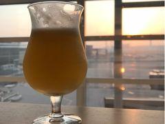 出国後にフードコートで朝陽を見ながらフルーツビール。