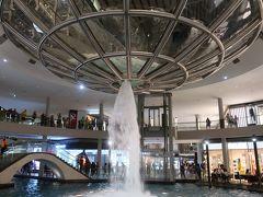 歩いているときに、たまたま「レイン・オキュルス」のショーが。逆噴水です!!!。