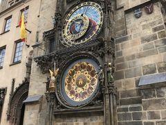 時刻は9時を少し過ぎた頃。真っ先に目指したのは、旧市街広場にある旧市庁舎です。これは旧市庁舎の天文時計。毎時ちょうどに仕掛け時計が動き出します 天文時計は後でゆっくり見るとして、まずは旧市庁舎の塔へ上ります。