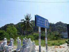 ダナンの手前、約30分、バスの車掌さんに教えてもらいここで降ります。 Ngu Hanh Son(五行山)の表示があります。 大理石(マーブル)と石灰岩からできている金山、水山、木山、火山、土山の五つの山からなるので、マーブルマウンテンと呼ばれています。観光は一番大きい水山(トゥイーソン)の寺院や洞窟をめぐります。