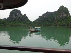 現地の漁船とすれ違いました 他にもう1艘の漁船とすれ違った以外は誰もいなくて 観光船にいたっては全くいません