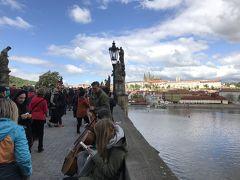橋の上にはたくさんの観光客。そして、楽器を演奏する人々や似顔絵描き、物売りなど、とにかく人で溢れています。