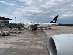 到着。隣はUnitedのB777-200ERのスタアラ特別塗装(N77022)ですな。意外に初めて見たかも。