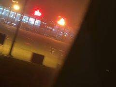 西安に到着。北京のような大都会とは違った、シルクロードの香りただよう空港に。途中の景色はまるで洋上飛行のような真っ暗な大地が広がっていました。広さがえげつない。そして、あれだけ国土があっても、人口は一部の土地に集中していることがうかがえました。これはこれで勉強になった。