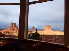 レストランの中へ。  おぉ~ 3つのビュートが、額縁のような窓におさまって絵画のよう♪