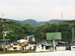 加治木JCTの近くを走行中、龍門の滝が見えた。 高速から見ると、民家のすぐそばに滝があるように見えて不思議。
