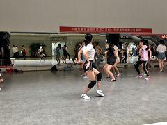 壁が鏡張りの広場があり、若者たちがダンスの練習をしていた。 活気があり、皆さん凄くカッコ良い~。 結局、2駅歩いてきたら「台北駅」に到着。
