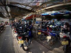 【タラートサオ(市場)】   タラートサオという市場にやって参りました。この市場の前には、バイクが山の様に......。この屋根にかかるひよけが......京都の様で、素敵です......笑)