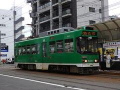 少し早いですが、夕食を食べに行きましょう。  夕食は回転寿司と決めていました。 札幌駅周辺にもたくさん回転寿司はありますが、あえて郊外の店に行こうと思います。  「中島公園通電停」から市電に乗ります。  久しぶりの札幌市電。  以前乗ったときはまだループ化される前だったので、今回ループ化された区間を乗りたくて、あえて中島公園まで来たのです。  この緑の車体が1番、札幌市電という感じがしますね。