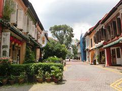 プラナカン建築の建物が並んでいます。 手前にはカフェなどがあります。