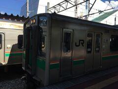 天童駅からさくらんぼ東根駅へ。二両編成の電車。