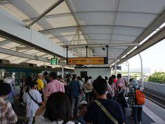 電車で淀駅に着きました~。 18時ごろでしたが、すごい人!