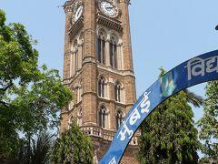 Rajabai Clock Tower どこから見ても目立つ、のっぽさん。 残念ながら敷地内には入れませんので外からパチリ。