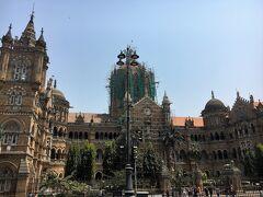 そして道を挟んだ反対側には、世界遺産のChhatrapati Shivaji Maharaj Terminus (チャトラパティ・シヴァージー・ターミナス駅)。 改修工事真っ最中です。