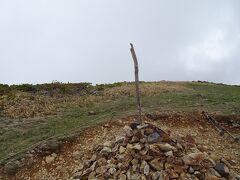 巻機山に登頂♪ 日本百名山の81座目。 山頂標識はなく、これだけが目印です。