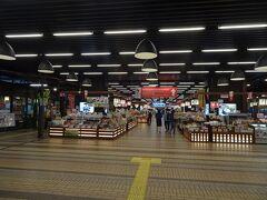 越後湯沢駅の構内には多くの土産物屋