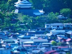 「上山城」に向かう前に、対面の「三吉山」に登って城下町の風景を一望する。やや狭い産業道だが、中腹にはミニゴルフ場や神社などもあり、結構遊べそう。