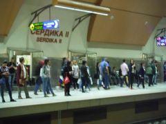 メトロで、宿の1号線ボリススタジアム駅からセルディカ駅乗り換えで2号線ソフィア中央駅に向かいます。