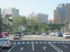 午前8時。釧路駅前を出発しました。 釧路川にかかる幣舞橋の手前で右折して