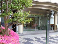 フロントのある3階エントランスは大崎駅の目と鼻の先。