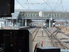 宝積寺駅に入線中・・・  クネクネとポイントを通過していきます。
