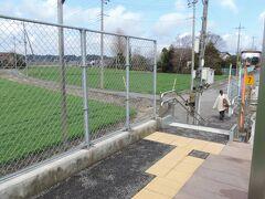 宝積寺駅を出て次の駅、下野花岡駅に到着しました。  烏山線はSuicaが使えないので、JR東日本の無人駅によくある簡易Suicaの装置もありません。  本当に、ただ乗り降りするだけの無人駅です。