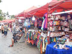 ホテル近くのナイトマーケットに出かけました。 メコン川の堤防の外側の公園に衣料品、サンダル、お土産物など物品のお店が数多く並んでいます。