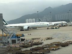 飛行機に乗って機内食も食べて丁度飽きたころにキャセイパシフィックの本拠地、香港空港へ到着。あいにくの雨模様でした。