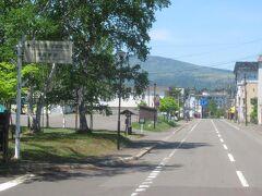 6月3日お昼前。 阿寒バスの定期観光・ピリカ号は弟子屈町の硫黄山を出発して川湯温泉の温泉街の近くを走ります。